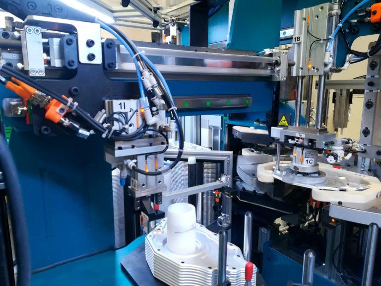 AutoMach Ingeniería. Instalación de esprayado de adhesivo en base Xileno. Sector automoción