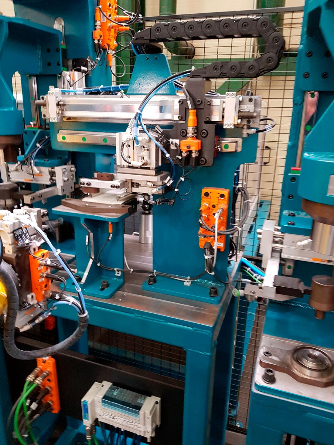 AutoMach Ingeniería. Instalación de ensamblaje multipiezas y multirreferencia.